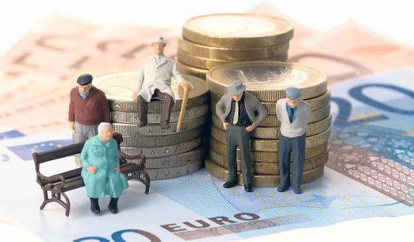 Сотрудники Пенсионного фонда начисляют алименты с пенсионеров по заявлению или по исполнительному листу
