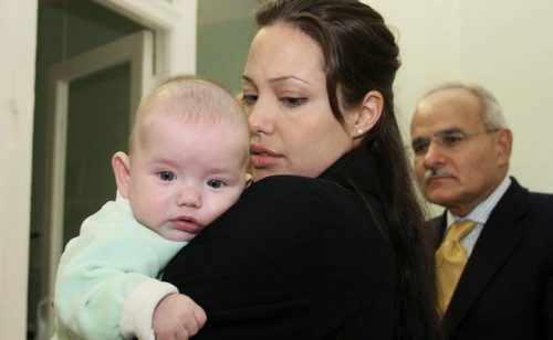 Анджелина Джоли держит ребенка на руках