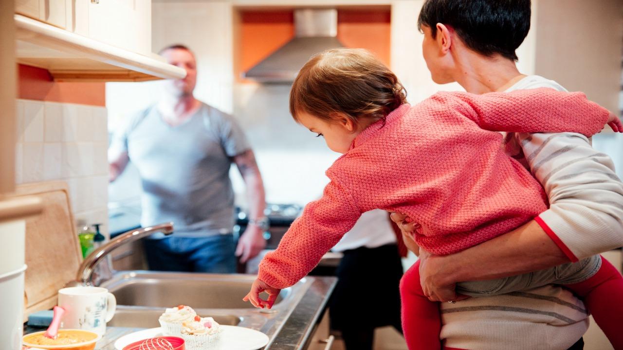 С кем остаются несовершеннолетние дети при разводе